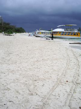 川平湾の雲と砂浜