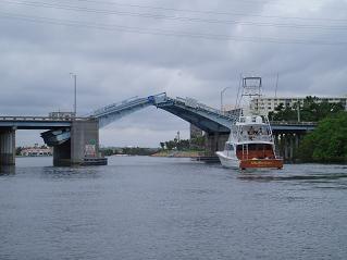 跳ね上がる橋