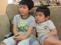 兄弟でテレビ鑑賞