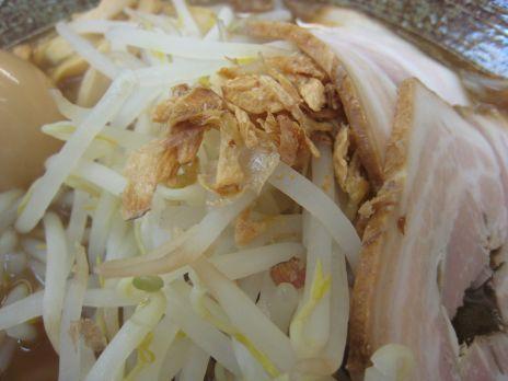 覆麺(神保町)野菜やニンニクチップが載る