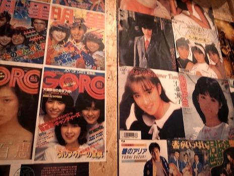 壁にアイドルの写真がたくさん