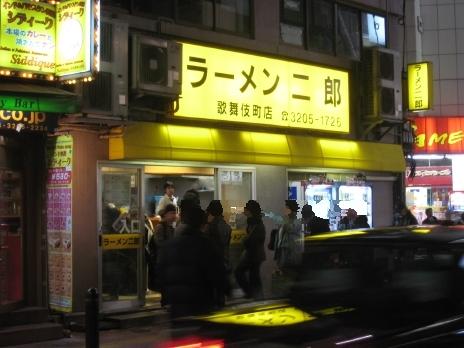 ラーメン二郎歌舞伎町店はまたまた行列