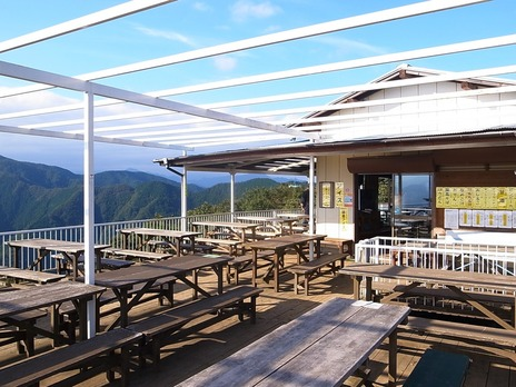 陣馬山頂の清水茶屋のテラス席