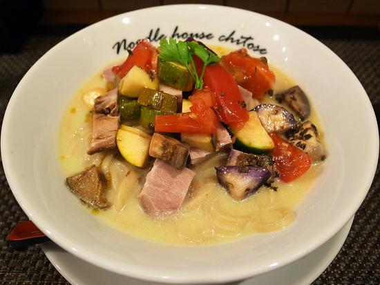 冷たい豆と魚の麺