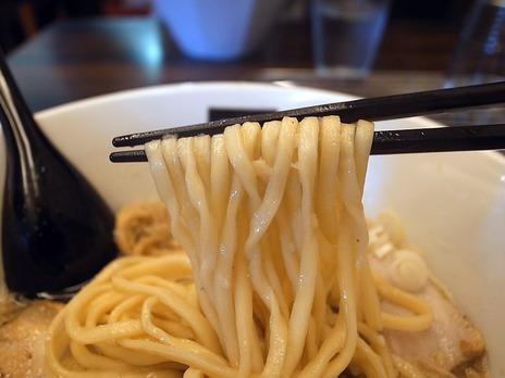 新宿西口ラーメンhachiの麺