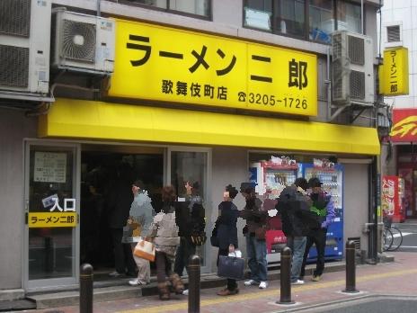 ラーメン二郎歌舞伎町店は行列