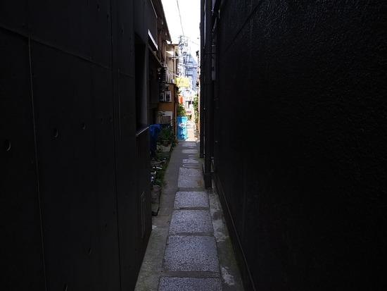 神楽坂の路地は細い