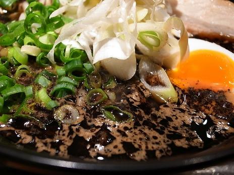 五行の真っ黒いスープの味噌ラーメン