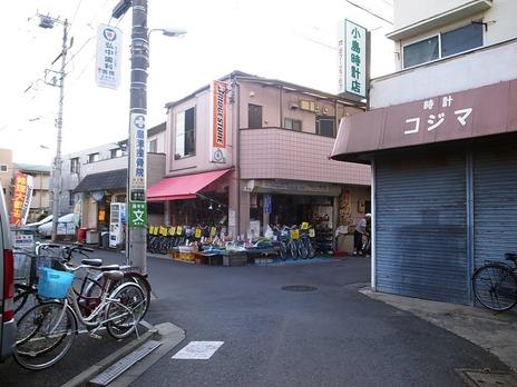 自転車屋と八百屋みたいのが混ざった店
