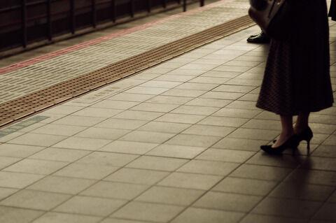 【悲報】視覚障害者の男性ホームから転落.....トンデモナイ結果に!!・・・
