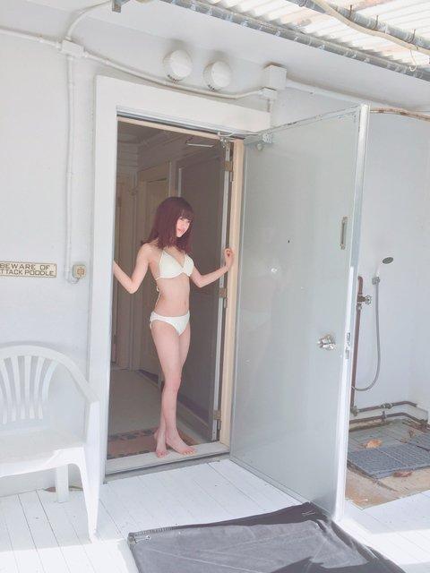 ドアを開け放す中井りかのセクシーグラビア