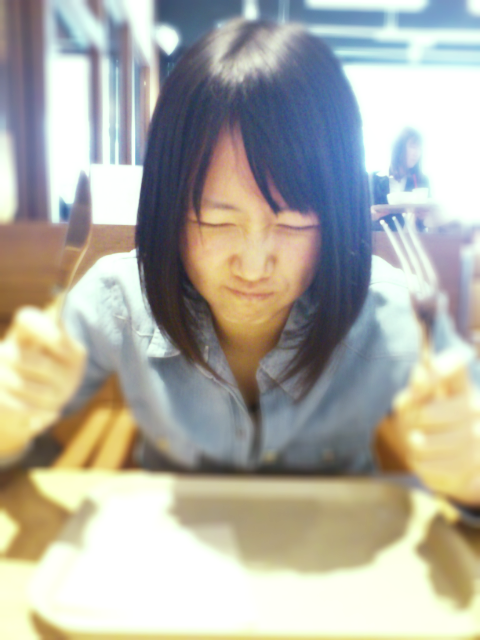 ナイフ&フォークを持つ永島聖羅