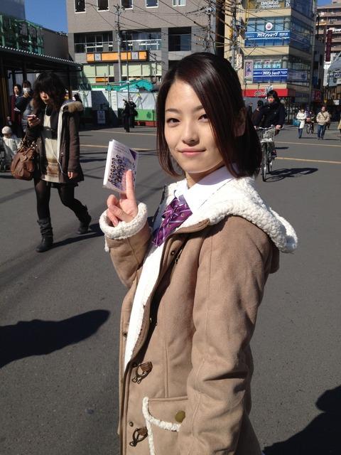 ベージュのコートの岩瀬佑美子