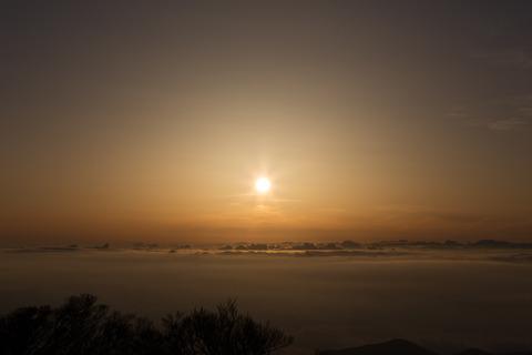 雲海を照らす太陽