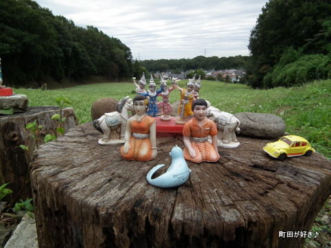 2011092336ナニコレ!そば畑の横に置かれた人形たち