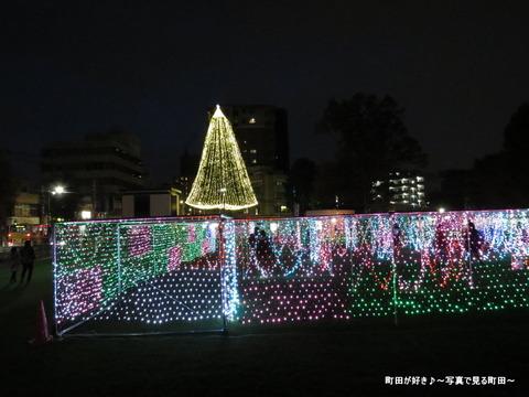 2014113016町田シバヒロ(旧町田市役所跡)のクリスマスツリー