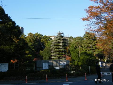 2009112336 クリスマスツリー準備中@玉川学園
