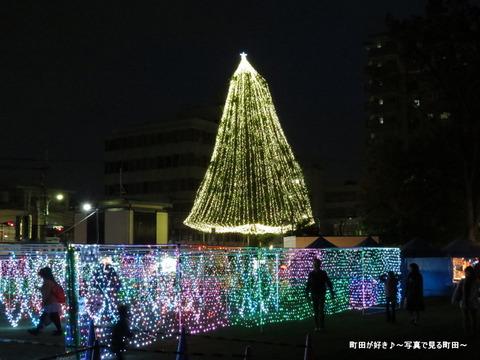 2014113023町田シバヒロ(旧町田市役所跡)のクリスマスツリー
