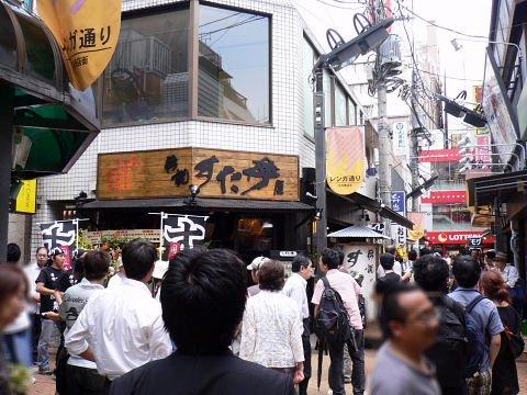 2009080818.jpg すた丼屋の前は、人・ひと・ヒト