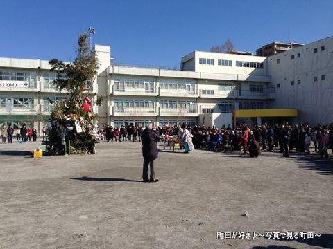 2014011316町田一小で行われた「どんど焼き」