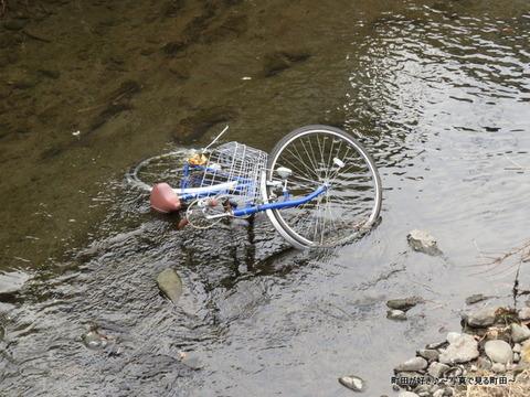 2014020205こんなところに自転車が!@恩田川