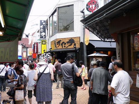 2009080817.jpg すた丼屋の前は、人・ひと・ヒト