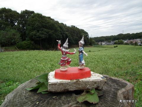 2011092337ナニコレ!そば畑の横に置かれた人形たち