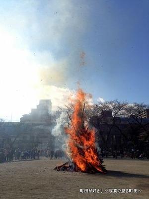 2014011325町田一小で行われた「どんど焼き」
