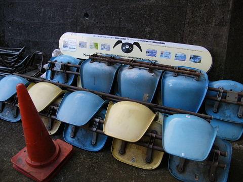 20090221102.jpg ベンチの残骸