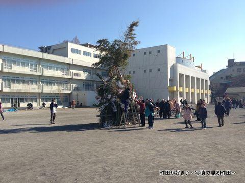 2014011301町田一小で行われた「どんど焼き」