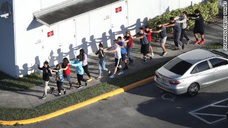 【銃規制する気無し・・・】フロリダ州の高校で銃乱射17人死亡事件  米フロリダ州議会、銃規制の動議を賛成36、反対71で否決。 傍聴の高校生呆然。