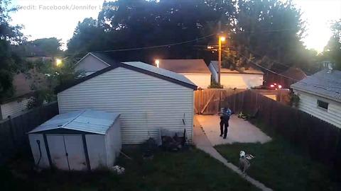 【米国】警官が尾を振り歩み寄る犬に発砲 監視カメラの映像がFacebookで話題に(動画あり)