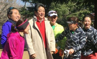 【朝日新聞】ジョギング中の男性が散歩中の安倍首相に「改憲しないで」と声かけたら無視されました。 ネット「なにこの記事? 一般人が声掛けたのをどうして朝日が知ってるの?」