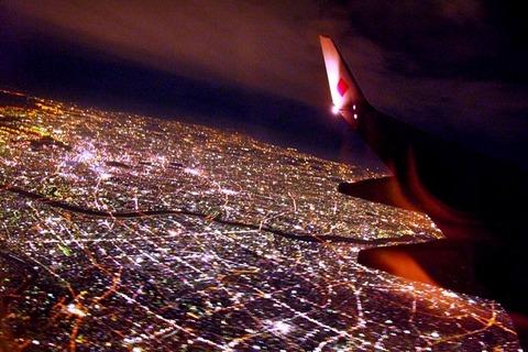 飛行機の夜景(フリー画像)
