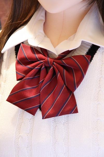 赤ストライプの制服リボン