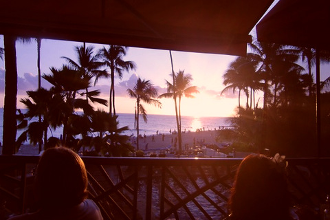 夕日の見えるハワイのレストラン(フリー画像)