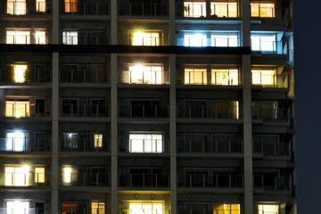フリー画像 夜のマンションの窓