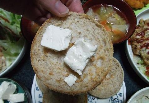 クリームチーズをイングリッシュマフィンパンに乗せて食べる写真