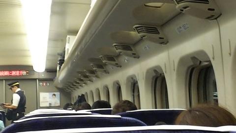 写真都内で資格試験後の帰りの新幹線の車内