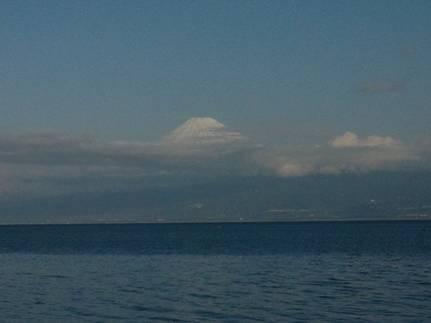 磯釣り現場に雲にかかった寒そうな富士山