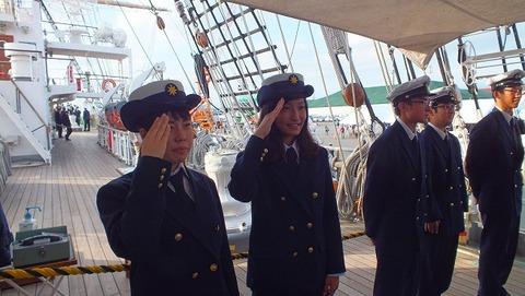 若い女性船員実習生
