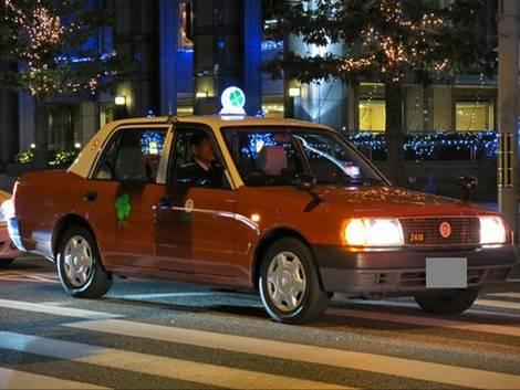 同僚友人の帰りタクシー待ちの時に四つ葉マークのタクシーを見たおもしろ写真です。