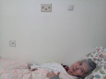 看護師呼び出しボタンを壊した寂しがりやの母だがカメラを向けるとニッコリ笑顔
