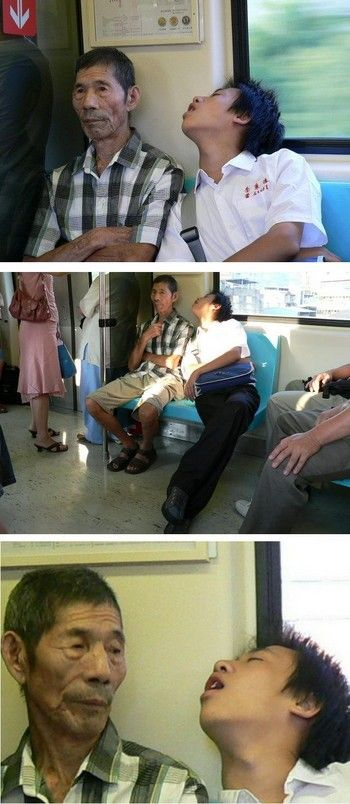 電車で寝ぼけ顔の学生