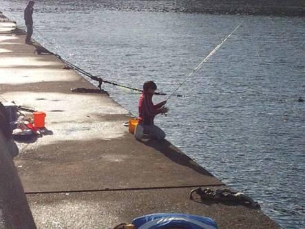 幼い子供がキンギョ釣りを楽しむところ