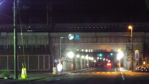 1真夜03時に聖教新聞の代理配達開始写真で新幹線ガード下