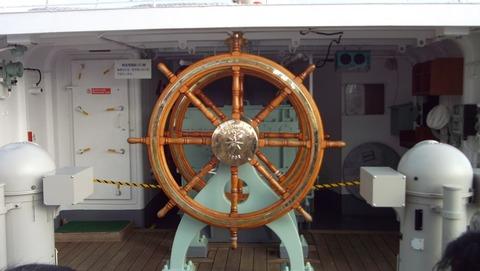 日本丸の帆走用操舵輪写真