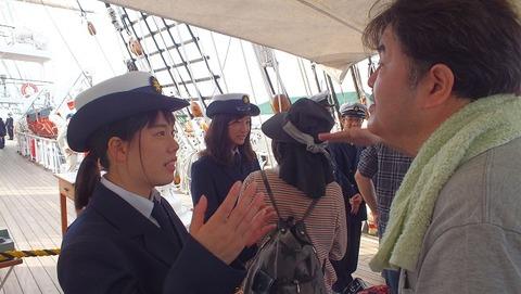 日本丸船員実習生に敬礼を促す僕の写真