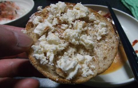 クリームチーズを麦芽イングリッシュマフィンに乗せて食べる写真 (3)