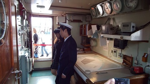 日本丸の海図室にいた船員実習生男女